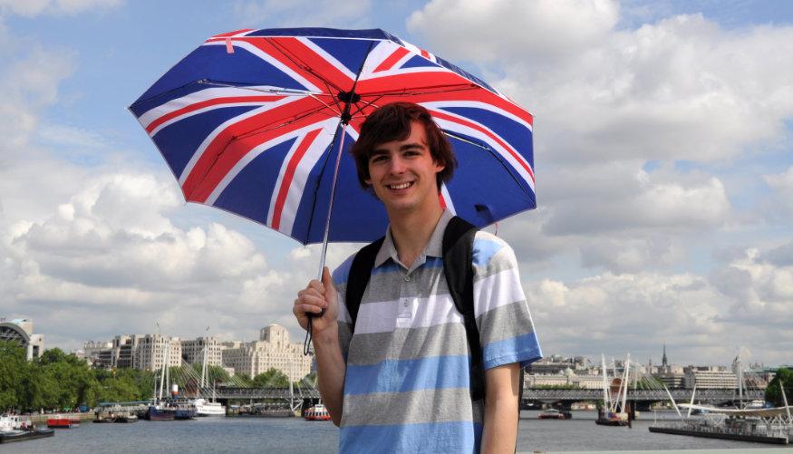 un băiat cu umbrelă