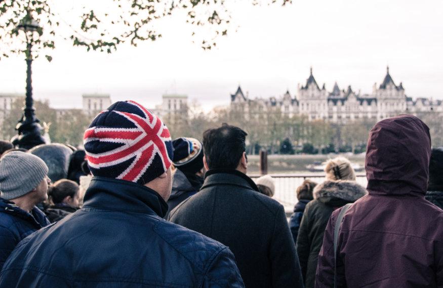 grup de oameni pe o stradă