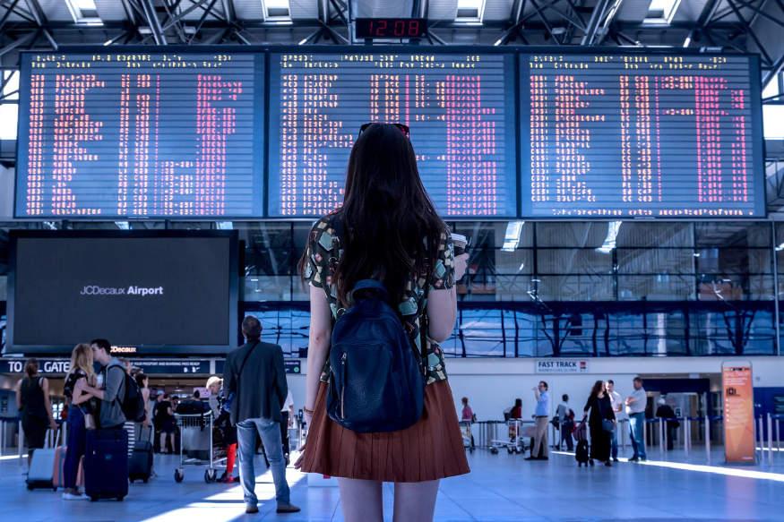 femeie la aeroport