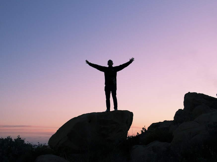 o persoană la vârful muntelui