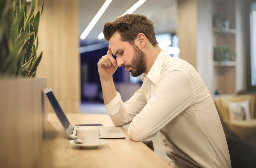 om îngrijorat în fața calculatorului