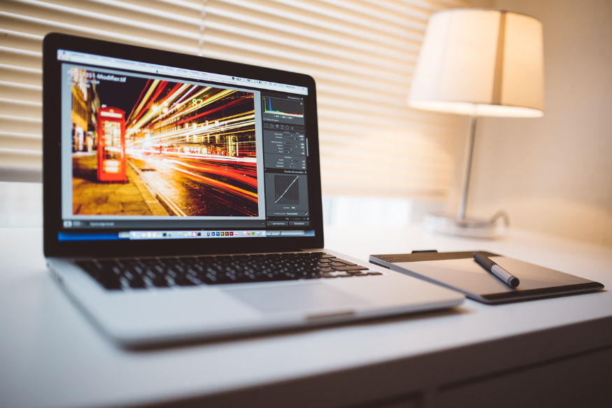 ecranul computerului care arată strada Londrei