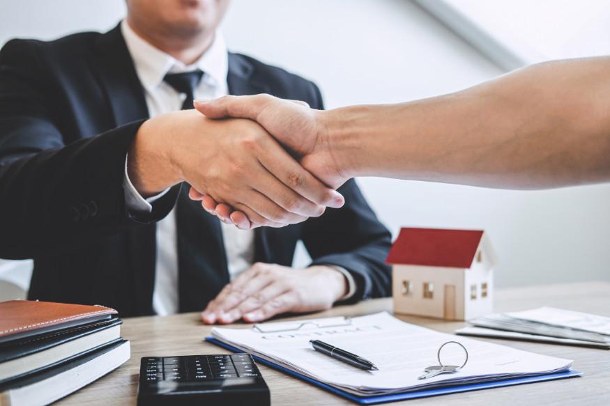 consilier ipotecar dând mâna unui client