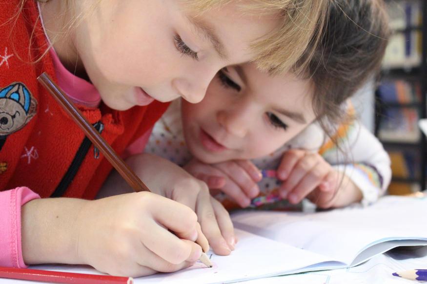 copiii care fac desene