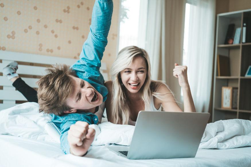 un cuplu in fata unui laptop