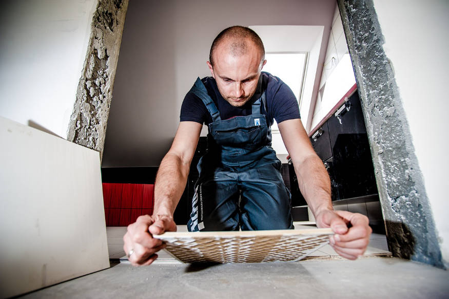un bărbat care tese un podea